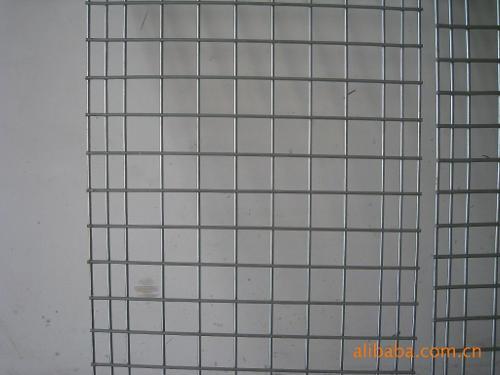编织工艺 铁丝网片是将铁丝经过电焊或者编织加工处理成的网片,分别