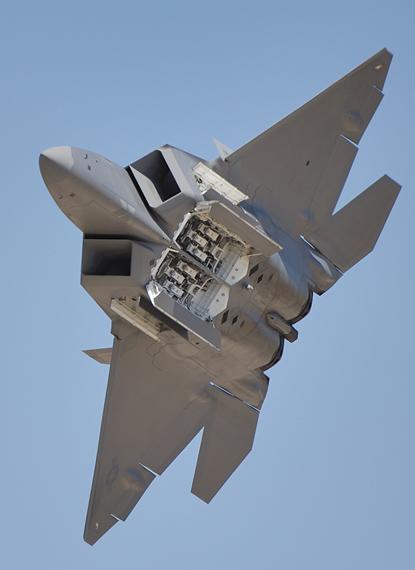 2010年,美军在夏威夷希肯空军基地正式部署F-22A一中队。 嘉手纳空军基地 另外的一支中队也曾于2007年2月驻守日本嘉手纳空军基地,为期三个月。 F22战斗机2007年4月与日本航空自卫队战机展开联合飞行训练,2007年5月初陆续撤离,此为F22首次在美国国土以外的军事基地驻守。 2011年1月7日,美国空军宣布,会从隶属于美国阿拉斯加州基地调派15架F-22战斗机到日本冲绳县的美军嘉手纳基地临时部署四个月,并表示此次临时部署是为了突出美国对于重要伙伴日本的防务,展现确保整个太平洋地区稳定与安全的决