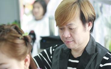 赖维安先生是一位由发型艺术家到发型舞台艺术的创始人.