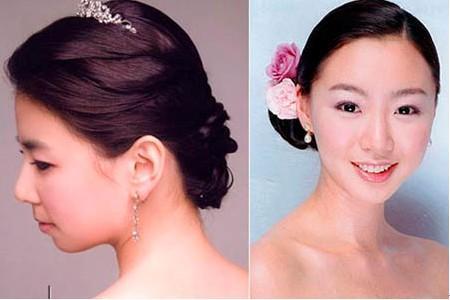 最后配上精致的珍珠发夹或者小头纱都分厂优雅有气质。 优雅气质型 二、时尚典雅型 先将头发反刮出蓬松效果,再将头发分为上下两部分,刘海以及长发。前额刘海全盘梳起,剩下的头发再分层次,上层扎成时尚的丸子发髻,余下的头发打造包覆效果。让整个韩式新娘发型十分利落又不失时尚,最后搭配上羽毛绸缎网纱完美组合制作而成的新娘头饰,绝对完美。 时尚典雅型 三、复古妩媚型 将头发三七分梳,界限不需要太明显。头发遮盖耳际向后挽起,固定。发尾的卷发利用发型工具打造出立体的波浪效果,最后用发胶固定,打造出复古妩媚的温柔挽发。 复古