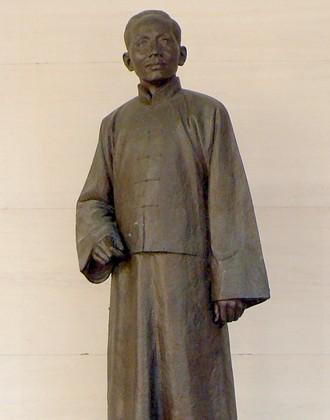邀著名作家莎菲回国任北京大学文学教授,8月,聘鲁迅为北京大学讲师.