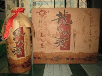 在铁木真做大汗的庆典仪式上,她把自己酿造的酒献给丈夫成吉思汗和