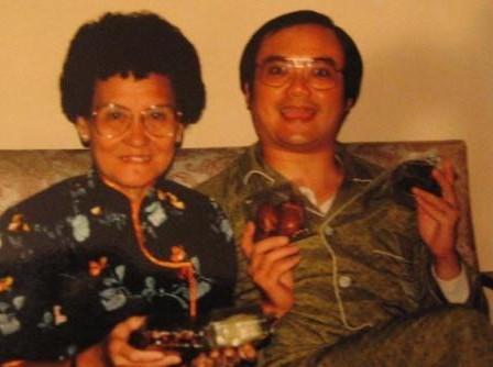 温瑞安和母亲共度中秋