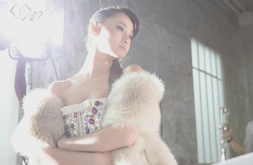 历史版本  2006年5月泽尻绘里香出演《间宫兄弟》饰演碟片店店员直美.