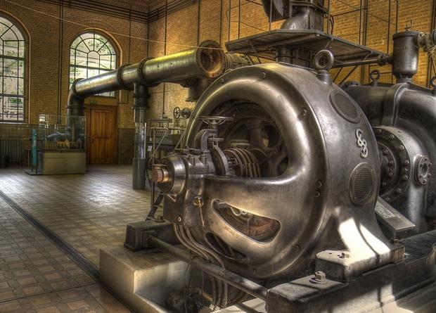 1832年,法国人毕克西发明了手摇式直流发电机,其原理是通过转动永磁体使磁通发生变化而在线圈中产生感应电动势,并把这种电动势以直流电压形式输出。 1866年,德国的西门子发明了自励式直流发电机。 旧发电机1869年,比利时的格拉姆制成了环形电枢,发明了环形电枢发电机。这种发电机是用水力来转动发电机转子的,经过反复改进,于1847年得到了3。2KW的输出功率。 1882年,美国的戈登制造出了输出功率447KW,高3米,重22吨的两相式巨型发电机。 美国的特斯拉在爱迪生公司的时候就决心开发交流电机,但由于爱迪