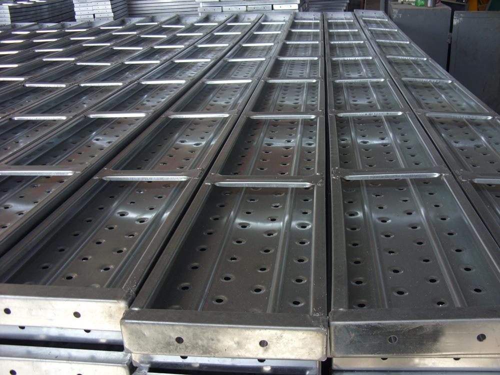 脚手板(跳板)是建筑,能源,化工,造船等建设工程中常用的施工器材,它是