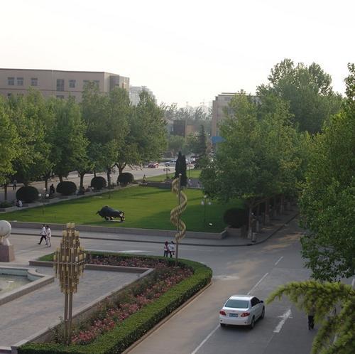 1985年迁至石家庄市,1996年更名为石家庄经济学院(500x498,36k)