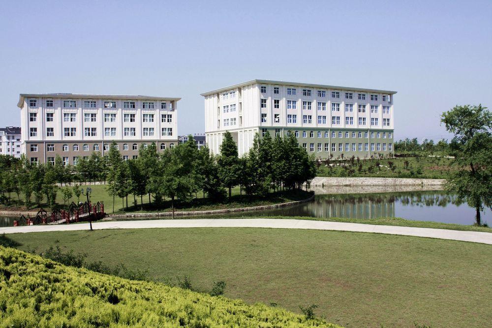 [1],学院坐落在安徽省合肥市繁华大道西,环境优美,景色秀丽,欧式特色