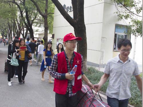 武汉纺织大学外经贸学院迎新工作图