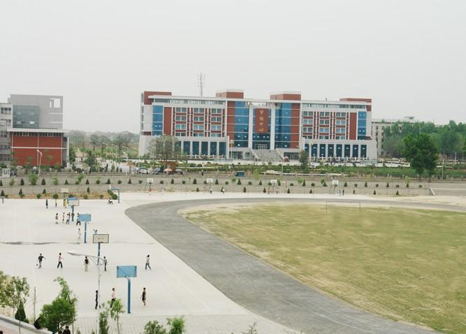 学院占地1200亩,建筑面积40多万平方米,建有电教中心,实验实训中心