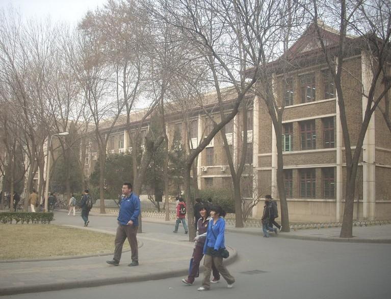 土木工程学科 天津大学是中国近代第一所大学,有110多年的历史,其前身北洋大学建校之始就设有土木(结构)工程学科。天津大学土木(结构)工程学科是我国较早(1984年)具有博士学位授予权的学科。通过多年来的建设,天津大学土木工程学科发展迅速,已形成了一套完整的学科体系,其二级学科结构工程学科为国家重点学科。1997年,通过英国 JBM专家组评估,实现了专业国际接轨。2002年,以结构工程学科为骨干的天津大学土木工程一级学科申报成功了一级学科博士学位授予权。2004年,在全国210多个土木工程一级学科评估中,
