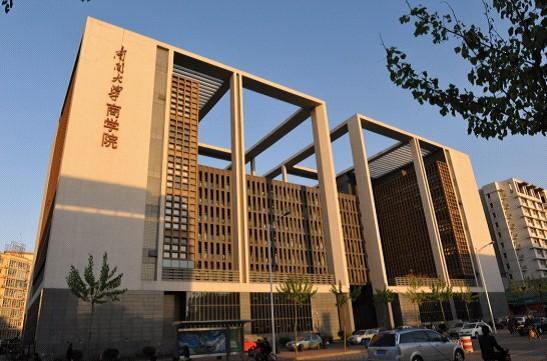 陈炳富先生 南开大学商学院的缔造者陈炳富先生,堪称中国管理学的开拓者之一。陈老先生在管理学科的人才培养和科学研究中的杰出成就,为这门年轻的学科在中国的创立和发展奠定了基础。他被推选为中国管理科学研究会学术委员会主席,其业绩先后被收入剑桥国际传记中心出版的《大洋洲及远东地区名人录》、《国际业绩卓著男士名录》和《国际杰出知识分子名人录》。 陈炳富先生1920年12月出生于安徽和县。少年时代家境贫寒。他学习刻苦认真,学业成绩优异,从1934年在县立初中求学起,曾多次获得奖学金。1937年,就读于湘西高中。194