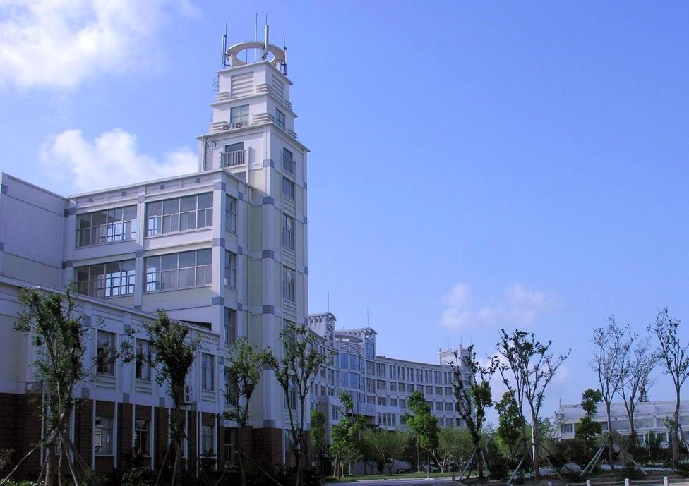 1940年新四军东进后,抗日民主政权接管了掘港中学.