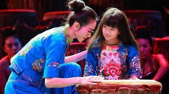 小彩旗和杨丽萍的舞蹈演出图片