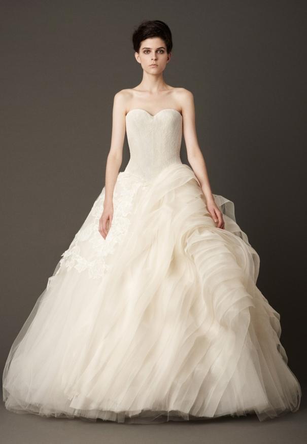 本季vera wang婚纱系列张扬着建筑感和纪律.图片