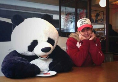 双眼紧紧盯着隔壁熊猫人盘中的食物