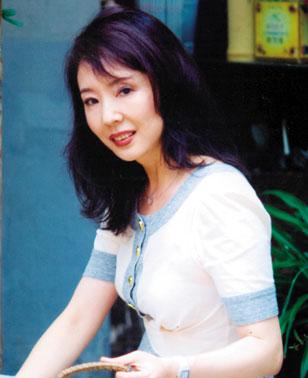 严歌苓用所得到的3万美元,在劳伦斯的陪同下回南京买了公寓给母亲居住图片