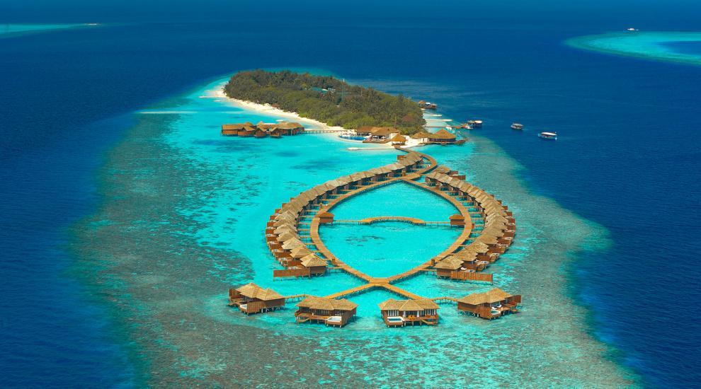 飞机从机场到达丽莉岛大约25分钟的行程,丽莉岛的白鹤海滩是马尔代夫