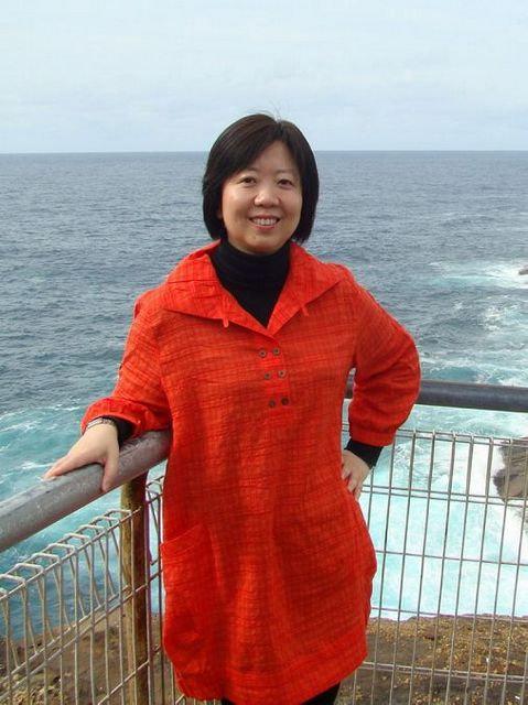 女,生于1966年,汉族,本科学历,高级职称,青岛一中学地理教师,教龄23