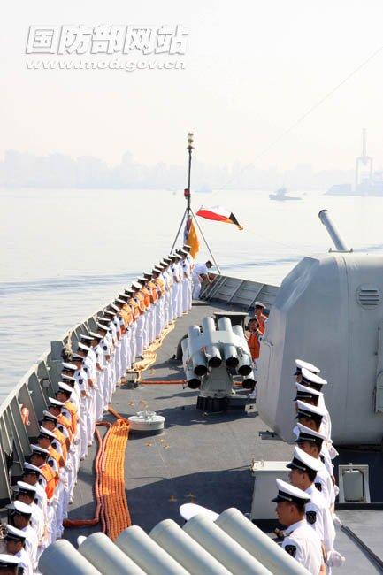 使馆人员到码头欢迎中国海军护航编队官兵