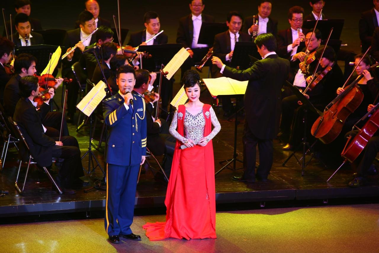 演唱会上 杨梅和刘和刚 合唱《十送红军》