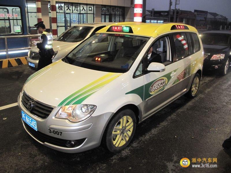 中国香港 香港的出租车,叫作的士(TAXI的广东话音译)。香港出租车分3种,分别是:市区的士(红色车身)、新界的士(绿色车身)及大屿山的士(蓝色车身),3种出租车中只有市区的士能在全港各处行走(除大屿山南部及愉景湾),新界的士只能在新界部分地区内行走(此外,新界的士亦可以指定路线前往荃湾站、沙田威尔斯亲王医院、观塘顺利邨、沙田马场、坑口站、香港国际机场、青衣站及香港迪士尼乐园度假区),大屿山的士则只能在大屿山南、东涌、机场及迪士尼行走。 香港的出租车以首2公里为基本车费,以市区的士为例,其起表价为18元