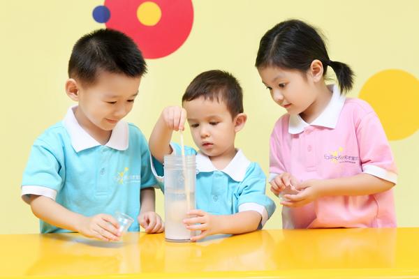 """天才宝贝""""earlymba""""课程,就是依照全球知名的儿童教育学家及mba的图片"""