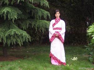 着汉民族服饰的标准汉族美女
