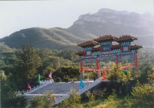 山姬之实第一卷_清凉山山势呈南北走向,主峰好汉寨海拔888米,是清凉山的一