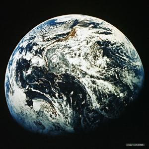 地球自转需时一日,月亮绕地球一周需时一月