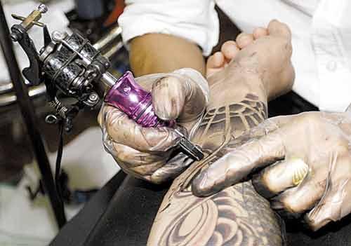 现在会用纹身机的技术人员越来越多