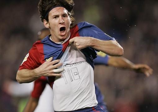 在金球奖颁奖结束后的两天, 梅西展示了他金球奖得主的实力,在比赛中体现得淋漓尽致。巴萨凭借梅西的帽子戏法以及佩德罗与凯塔的进球 在主场5:0大胜贝蒂斯,晋级国王杯4强几成定局。    第十次帽子戏法   时间:2011年2月6日   2010-11赛季 西甲第22轮 巴萨 3-0 马德里竞技   比赛第16分钟,巴塞罗那打破僵局,梅西标志性的右路带球突破后内切,阿根廷人禁区前上大力低射,皮球飞入网窝,巴塞罗那1比0领先。第27分钟,巴萨扩大领先优势,梅西面对德赫亚轻松推射近角,皮球击中门柱后反弹入网完