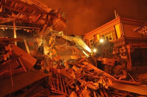 出动消防车39辆,挖掘约2000米的防火隔离带,对道路两侧房屋进行了拆除