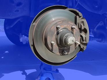 有些盘式制动器的制动盘上还开了许多小孔,加速通风散热提高制动效率.图片