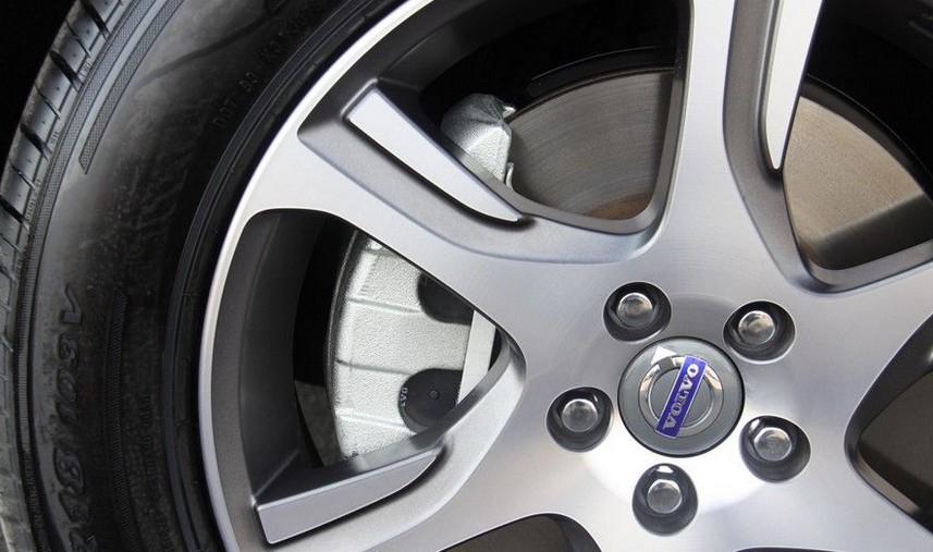 M37等。装备城市安全系统和行人安全系统的沃尔沃V60在比较测试中以明显的优势获胜,是唯一获得优秀评级的车型,其装配的安全辅助系统可以有效避免或降低事故风险。 该安全对比测试设定在各种交通情景中进行,包括与低速行驶的汽车碰撞、与正在减速的汽车碰撞以及与静止的汽车碰撞。在所有这些情景中,沃尔沃V60均以可靠的安全性能获得了令人信服的结果。沃尔沃汽车的每个车型都装配了多项安全系统,最获业界好评的当属世界首创的城市安全系统和行人安全系统。这两个系统在全德汽车俱乐部(ADAC)碰撞测试中都被评为优秀级别。