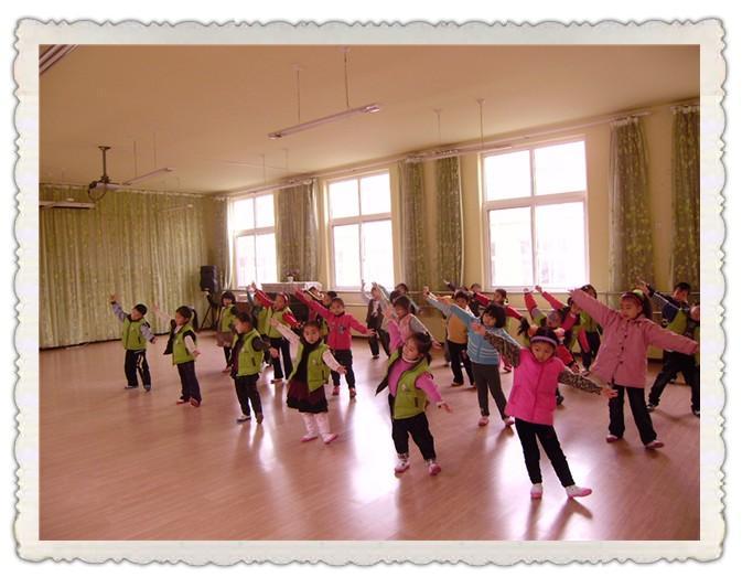 同时,学习幼儿舞蹈还能培养和增强儿童的注意力,模仿力,表演能力,形象