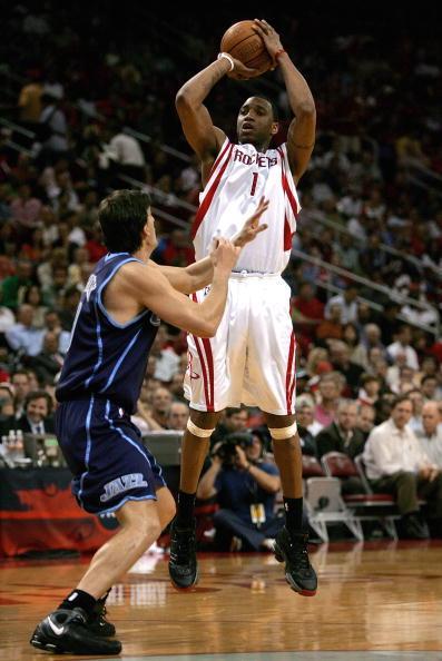 双手头上投篮:   这种投篮出球点高,不易封盖,便于与头上传球相结合.