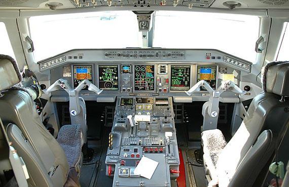 e-190客机驾驶舱