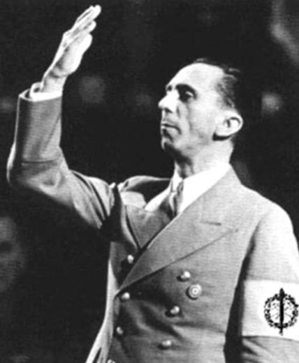 戈培尔与希特 勒周游全国,频繁发表竞选演说,煽动党徒的狂热情绪.