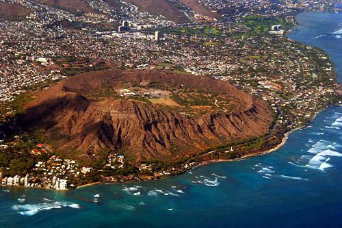 据说第一个发现夏威夷群岛的英国人库克船长,在夜晚看到整个山头冒出