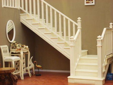 ⑤首层楼梯段的基础 楼梯段的基础做法有两种:一种是在楼梯段下直接