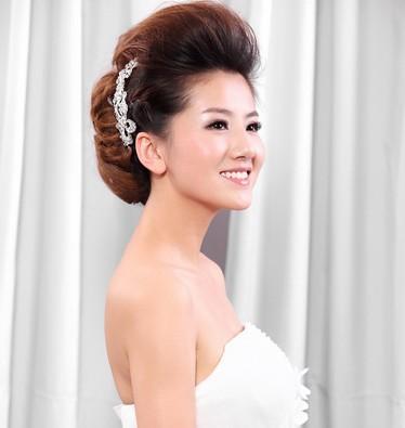 礼服造型,古装造型和创意造型,白纱造型重在体现新娘子温柔,优雅,柔美图片