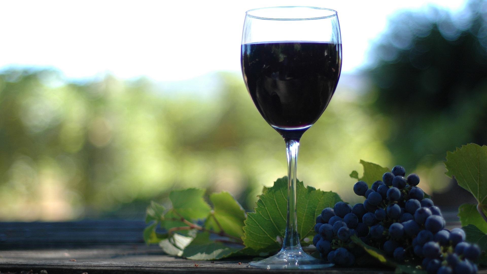 红葡萄酒(以葡萄为原料酿制的酒精饮料)