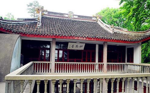 别墅为中式建筑,中间是三开间两层楼,前有天井,黑漆大门,进门两边各有