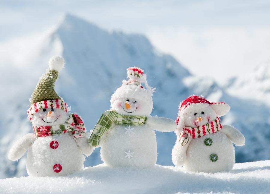 用_雪人(拼音:xuě rén,英文:a snowman),即用雪堆成的人像造型.