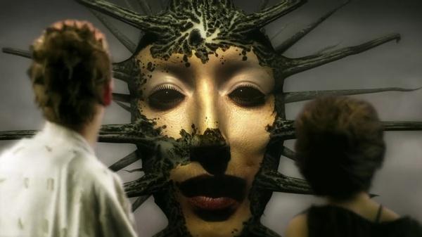 带面具女生手绘画