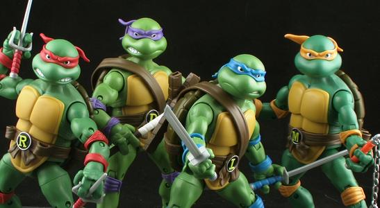 《忍者神龟》源自幻影工作室(Mirage Studio)在1984年发行的美国漫画, 由凯文·伊斯曼(Kevin Eastman)及彼德·拉特(Peter Laird)创作,幻影工作室出版。后推出1987年电视动画版、2003年电视动画版以及电影版等。主要讲述:在纽约市一条大街的地下管道里住着四只功夫高强的忍者神龟和他们的老师斯普林特,为了保卫城市家园而与邪恶势力展开殊死搏斗的故事。