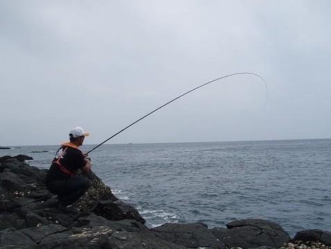矶钓相关图片                      矶钓,是指在突出水面的岩石或