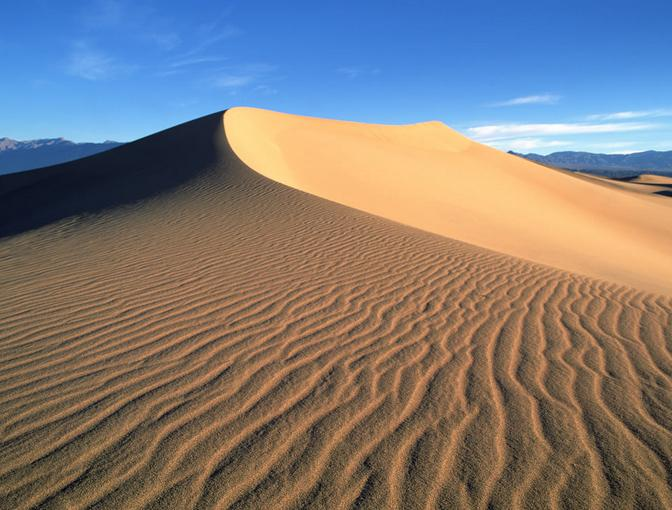 梦幻沙坡头奇幻镇北堡 大漠无垠黄河九曲 大漠孤烟直,长河落日圆。唐代大诗人王维这两句著名的诗句,我们上中学时即能背诵,但并不知晓王维这首《使至塞上》的著名诗篇是写于何时何地。站在沙坡头放眼眺望,黄河、大漠、青山、绿洲尽收眼底,抚摸着王维的雕像和刻着他诗句的石碑,这一瞬,我们方才真正领略这首脍炙人口的千古绝唱的隽永与情韵。 沙坡头位于宁夏中卫市城西16公里处,从银川驱车抵达这里,需要3个多小时。沙坡头南靠重峦叠嶂、巍峨雄奇的祁连山余脉香山,北连沙峰林立、绵延万里的腾格里大沙漠,中间被奔腾而下、一泻千里