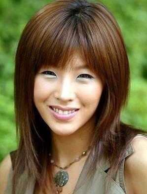 河佑善虽然是拍三级片出身的,但是她凭借高挑性感的身材和独特的嗓音